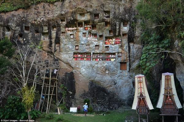 Rợn người nghi lễ đào mộ tắm rửa cho xác chết tại Indonesia - anh 4