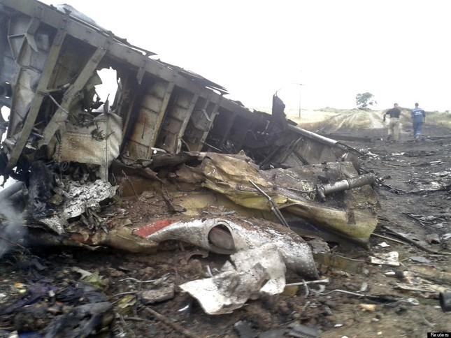 """Máy bay MH17 đã bị xuyên thủng bởi vật thể """"siêu năng lượng"""" - anh 2"""