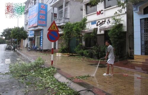 Tin bão sáng 17/9: Đường phố tan hoang sau bão số 3 - anh 16