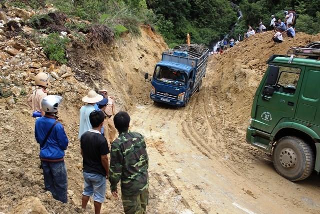 Sạt lở đất ở Lai Châu: Gần 300 xe tải vẫn ách tắc trên QL 4D - anh 1