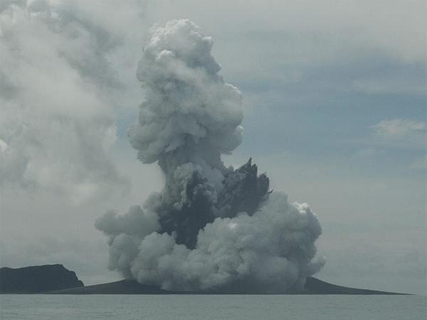 Hòn đảo mới hình thành sau núi lửa phun ở Thái Bình Dương - anh 1