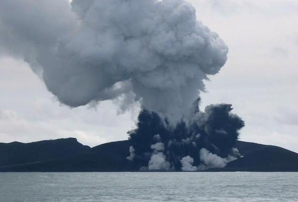 Hòn đảo mới hình thành sau núi lửa phun ở Thái Bình Dương - anh 2