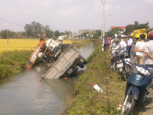 Phú Yên: Nổ lốp, xe tải húc đổ trụ điện, lao xuống kênh - anh 1