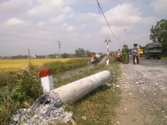 Phú Yên: Nổ lốp, xe tải húc đổ trụ điện, lao xuống kênh - anh 2