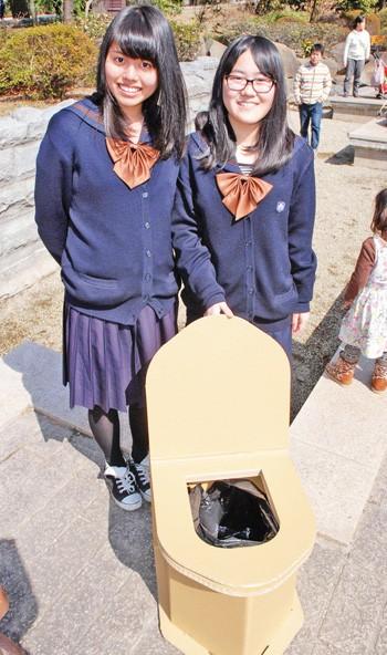 """Phát minh """"toilet khẩn cấp"""" bằng bìa cứng của học sinh Nhật Bản - anh 1"""
