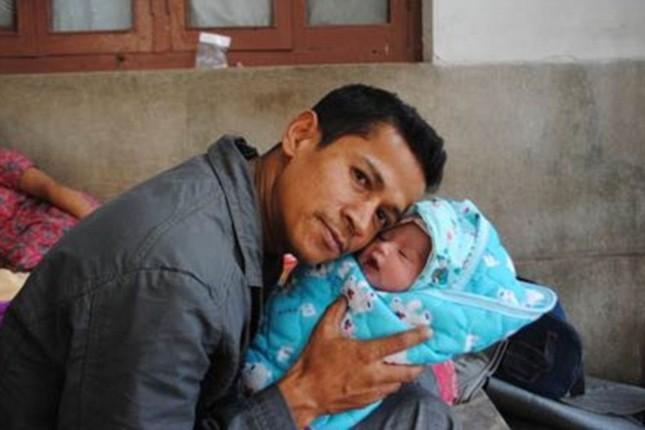 Kỳ diệu: Sản phụ sinh con giữa trận động đất 7,3 độ Richter ở Nepal - anh 1