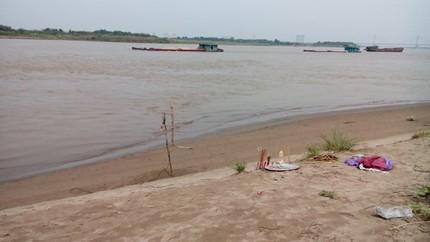 """Hà Nội: Tìm kiếm người phụ nữ mất tích khi """"giải nhiệt"""" ở sông Hồng - anh 1"""