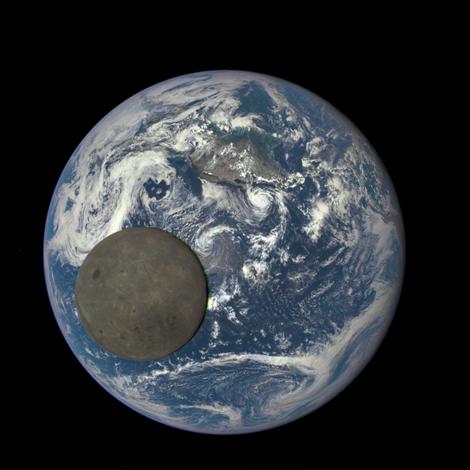 Khoảnh khắc tuyệt đẹp khi Mặt trăng đi ngang qua Trái đất - anh 1