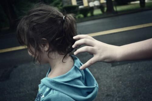 Làm sao để dạy trẻ kỹ năng nhận biết nguy hiểm từ người lạ? - anh 1