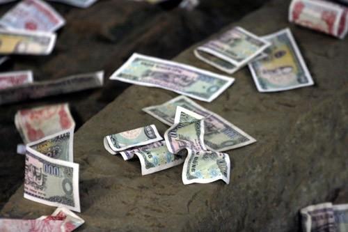 Vì sao phải kiêng nhặt tiền rơi trong tháng cô hồn? - anh 1
