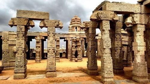 Cây cột treo chân không chạm đất kỳ lạ ở ngôi đền Ấn Độ - anh 1