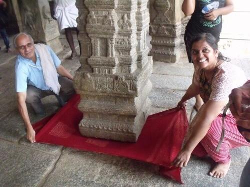 Cây cột treo chân không chạm đất kỳ lạ ở ngôi đền Ấn Độ - anh 2