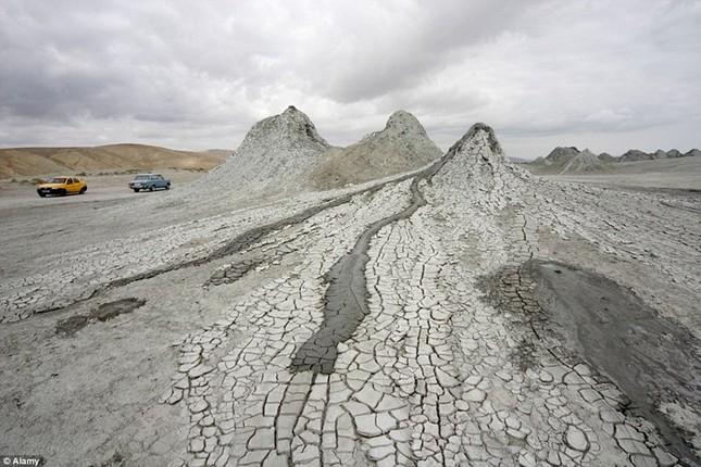 Kỳ thú núi lửa bùn hình mắt người khổng lồ Pugachevskiy - anh 6
