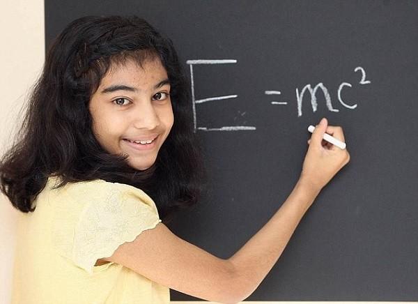 Bé gái 12 tuổi có IQ cao hơn thiên tài Einstein và Hawking - anh 2