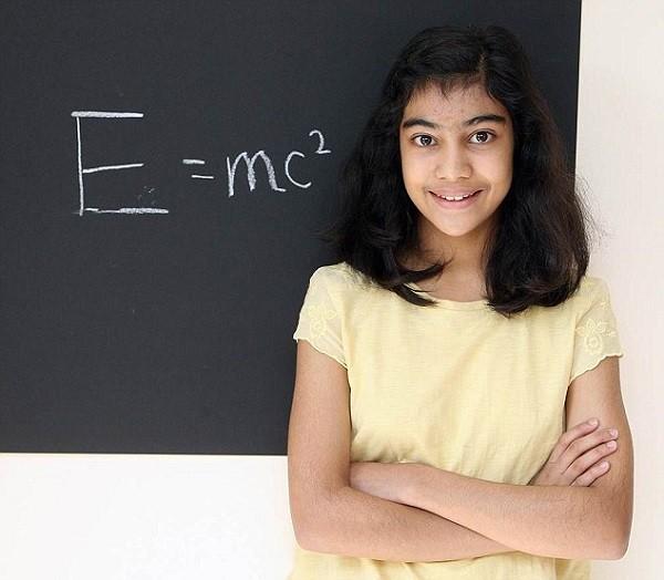 Bé gái 12 tuổi có IQ cao hơn thiên tài Einstein và Hawking - anh 1