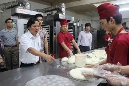 Kiểm tra đột xuất các cơ sở sản xuất bánh trung thu - anh 1