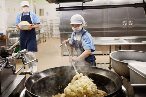 Thực tế bữa trưa tại trường tiểu học Nhật khiến cả thế giới sững sờ - anh 1