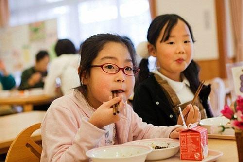 Thực tế bữa trưa tại trường tiểu học Nhật khiến cả thế giới sững sờ - anh 11