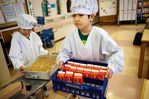 Thực tế bữa trưa tại trường tiểu học Nhật khiến cả thế giới sững sờ - anh 2
