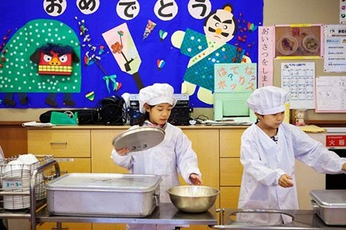 Thực tế bữa trưa tại trường tiểu học Nhật khiến cả thế giới sững sờ - anh 3