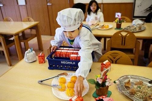 Thực tế bữa trưa tại trường tiểu học Nhật khiến cả thế giới sững sờ - anh 4