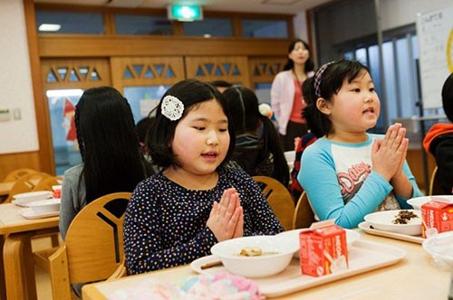 Thực tế bữa trưa tại trường tiểu học Nhật khiến cả thế giới sững sờ - anh 9