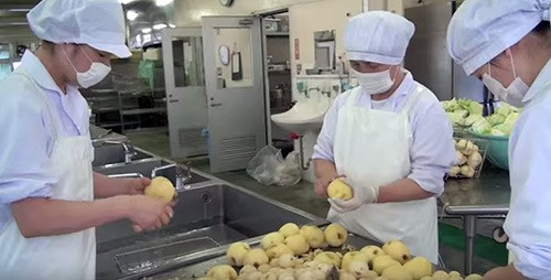 Giờ ăn trưa tại trường tiểu học Nhật khiến thế giới sững sờ - anh 3