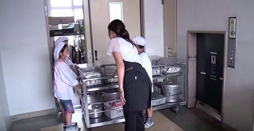 Giờ ăn trưa tại trường tiểu học Nhật khiến thế giới sững sờ - anh 4