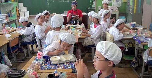 Giờ ăn trưa tại trường tiểu học Nhật khiến thế giới sững sờ - anh 6