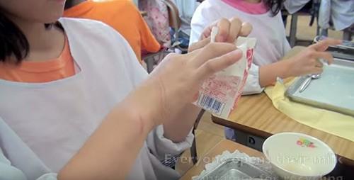 Giờ ăn trưa tại trường tiểu học Nhật khiến thế giới sững sờ - anh 8
