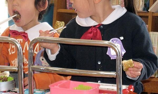 Khâm phục bài học từ bữa ăn trưa của trẻ mầm non ở Nhật - anh 4
