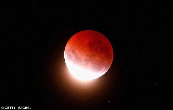 """Chờ đón hiện tượng """"Siêu trăng máu"""" lần đầu tiên xuất hiện trong 30 năm - anh 1"""