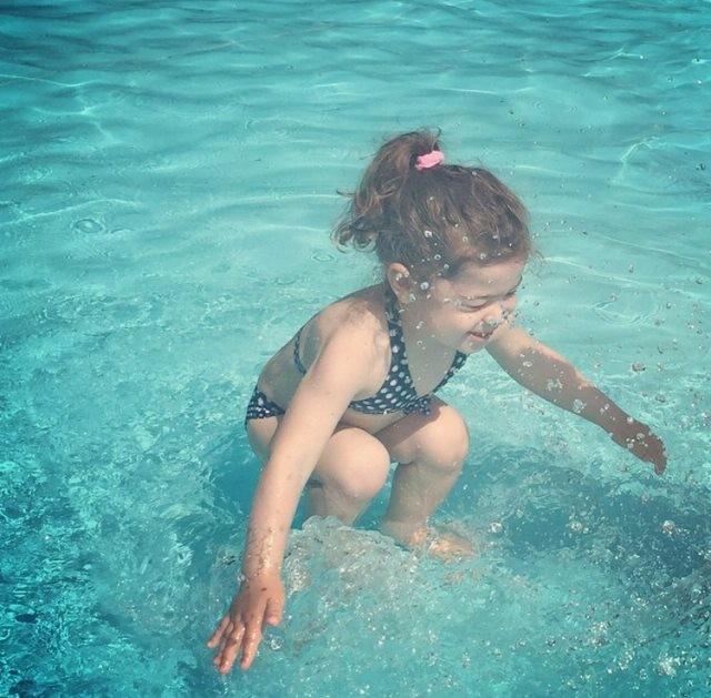 Cư dân mạng tranh cãi nảy lửa với bức ảnh: Cô bé ở trên hay dưới nước - anh 1