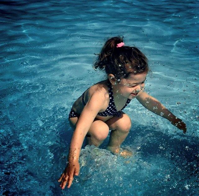 Cư dân mạng tranh cãi nảy lửa với bức ảnh: Cô bé ở trên hay dưới nước - anh 2
