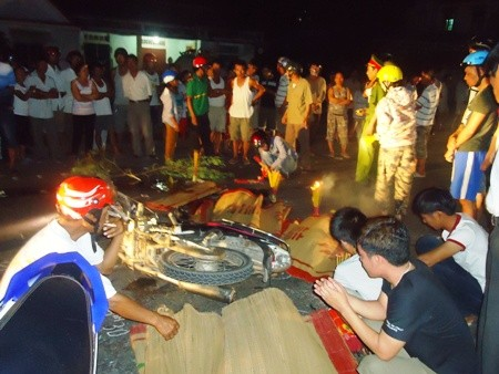 Hai xe máy đối đầu thảm khốc, 4 người thiệt mạng - anh 1