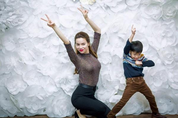 Tin giải trí hot nhất 26/11: Vĩnh Thụy vô tư hôn Hoàng Thùy Linh nơi công cộng - anh 5
