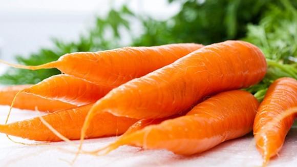 Cách cắt tỉa hoa từ cà rốt thêm sắc màu đón Tết - anh 1