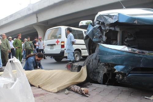 """Ô tô """"điên"""" gây tai nạn liên hoàn một phụ nữ tử vong - anh 1"""