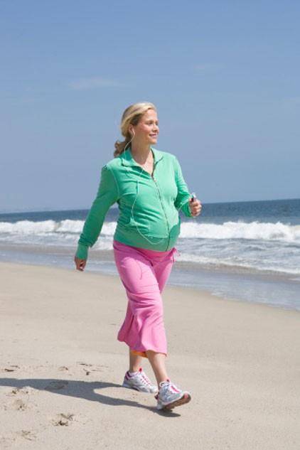 Hướng dẫn đi bộ đúng cách trong từng giai đoạn mang thai - anh 1