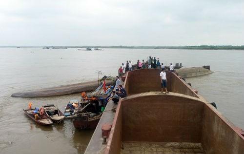 Lật tàu chở cát trên sông Hồng, 1 thuyền viên mất tích - anh 1