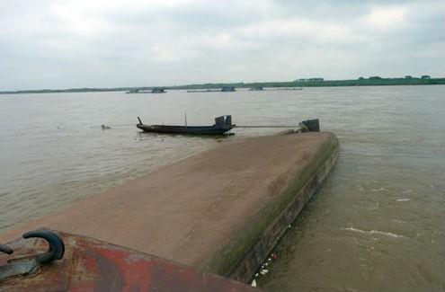 Lật tàu chở cát trên sông Hồng, 1 thuyền viên mất tích - anh 2