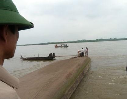 Lật tàu chở cát trên sông Hồng, 1 thuyền viên mất tích - anh 3