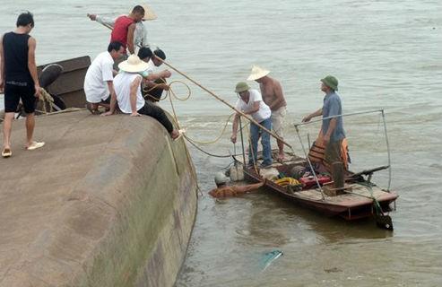 Lật tàu chở cát trên sông Hồng, 1 thuyền viên mất tích - anh 4