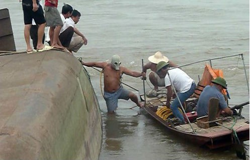 Lật tàu chở cát trên sông Hồng, 1 thuyền viên mất tích - anh 5