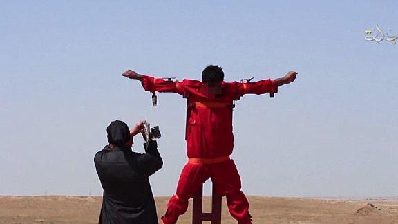 """IS tiếp tục tung video hành quyết """"gián điệp"""" rùng rợn - anh 1"""