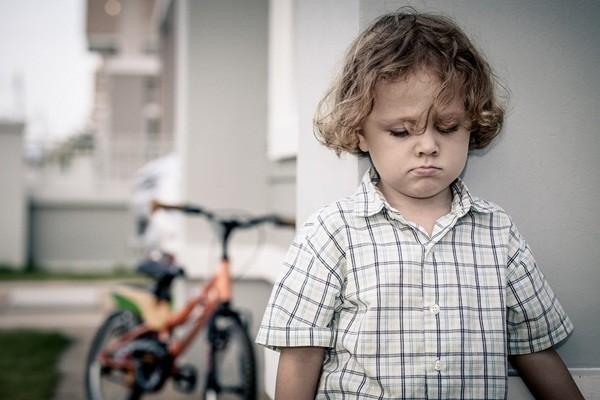 5 dấu hiệu nhận biết trẻ nhút nhát - anh 1