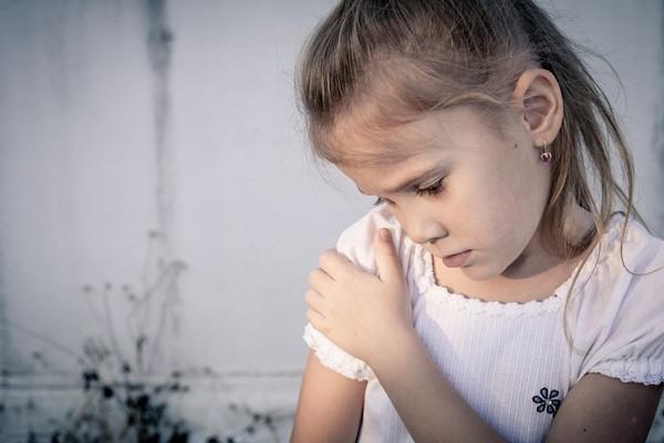5 dấu hiệu nhận biết trẻ nhút nhát - anh 3
