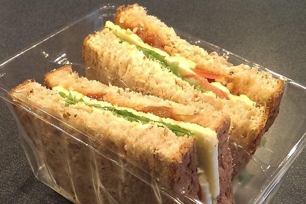 Bắt nhầm người đàn ông vì bị nghi mang bánh sandwich là súng - anh 1