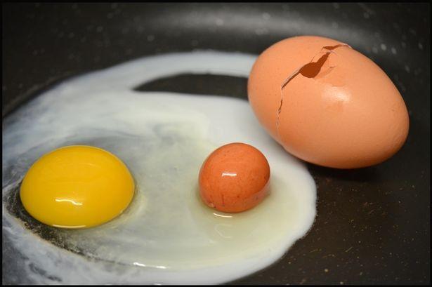 Ngỡ ngàng khi phát hiện quả trứng gà còn nguyên vẹn nằm bên trong quả trứng gà khác - anh 1