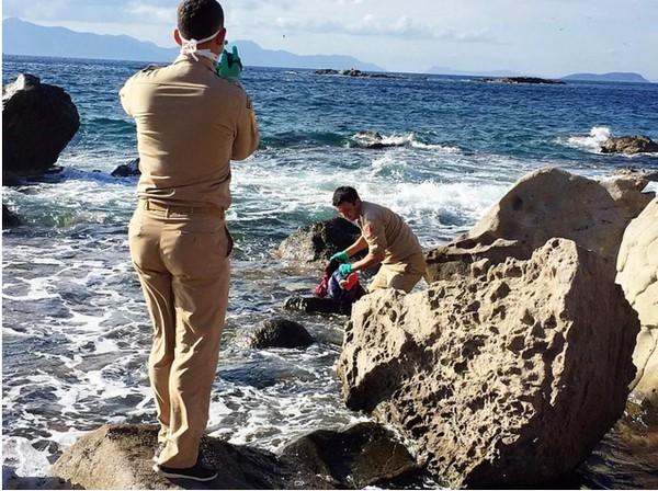 Xót xa thi thể bé gái di cư 4 tuổi mắc kẹt trên bờ biển Thổ Nhĩ Kỳ - anh 1